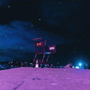 Dystopischer Einkaufswagen auf einem Hügel